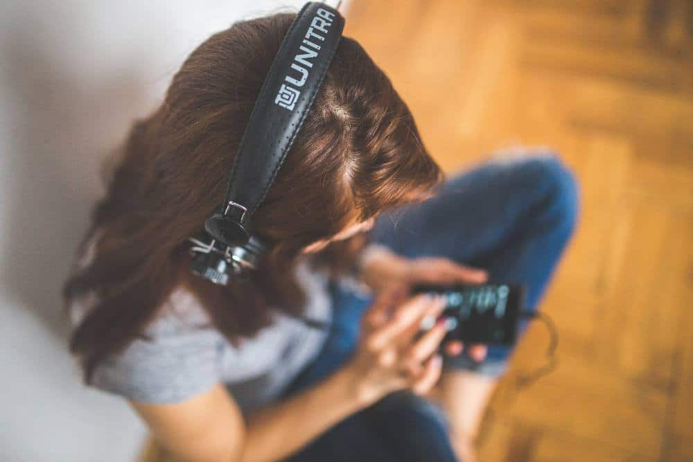 girl-head-headphones-6399